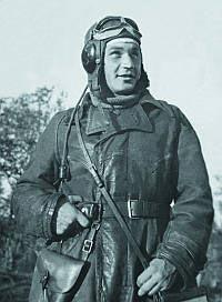 Советский летчик, вооруженный револьвером Наган. 1943 г.
