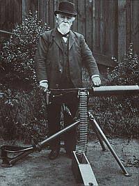 Сэр Хайрем Стивенс Максим со своим станковым пулеметом. 1906 год