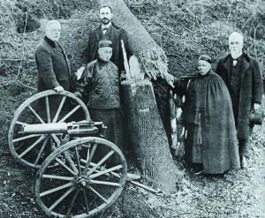 Демонстрация Х. Максимом возможностей своего станкового пулемета (перебитое выстрелами дерево) представителям китайской армии