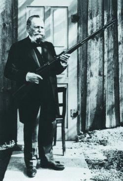 Пауль Маузер с самозарядной винтовкой Маузер М.1906