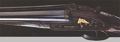 Одно из пары ружей 12-го калибра (№ 25018) для стрельбы дичи с замками на боковых досках и сюжетной инкрустацией золотом на тёмном фоне. Изготовлено в 1908 году.