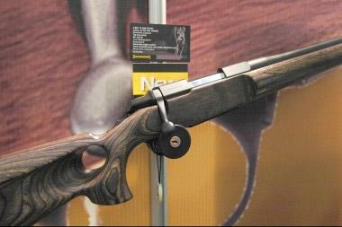 Карабин Browning A-Bolt с тяжелым стволом и эргономичной ложей из слоевой древесины