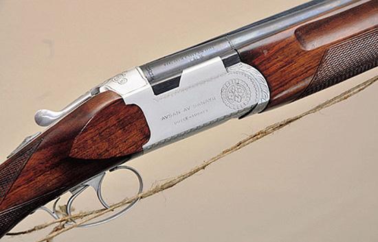 В 1973 г. на заводе в Дюздже Йоллу изготовил свой первый бокфлинт. Это  ружье 16-го калибра с системой запирания, позаимствованной у Beretta,  выпускалось под маркой Avsan