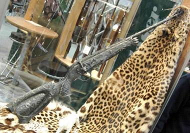 Серьезному хищнику из семейства кошачьих – леопарду, фирма посвятила свой карабин Blaser R93 Leopard