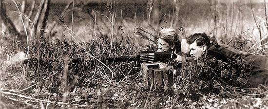 «Модель 14», установленная на станке,  предназначенном для пулемета калибра 7,62 мм, во время полевых  испытаний. Эта модель имела два быстросменных ствола: массой 13,6 кг для  стрельбы с темпом 350 выстрелов в минуту и массой 10,4 кг для стрельбы с  темпом 450 выстрелов в минуту