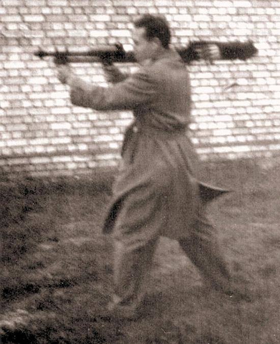Несколько  «смазанная», эта фотография является одной из всего лишь четырех  существующих, на которых показан опытный образец «Модели 14» на  демонстрационных стрельбах в Австралии во время Второй Мировой войны