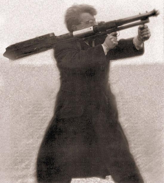 Рассел Робинсон стреляет из опытного  варианта пулемета «Модель 14» калибра 12,7 мм. Обратите внимание на  укороченный ствол и дополнительный спусковой механизм, что позволяет  вести стрельбу из пулемета столь крупного калибра стоя с плеча