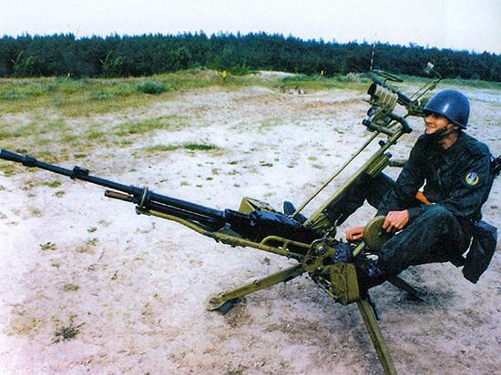 12,7-мм крупнокалиберный пулемет НСВ-12,7 «Утес» на зенитном станке-треноге 6У6 в положении для стрельбы сидя