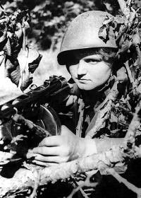 Автоматчица гвардии сержант П. Козлова. Новороссийск. Лето 1943 г.