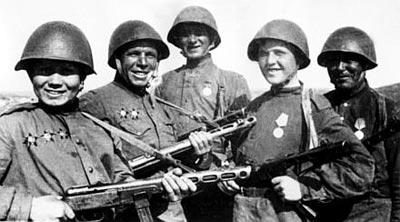 Победители. Фронтовые разведчики из подразделения войсковой разведки. Берлин. Май 1945 г.