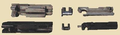 Затвор, рычаг замедления и стебель затвора французской 5,56-мм автоматической винтовки FAMAS (сверху) и 7,62-мм автомата Коробова ТКБ-517 (снизу)