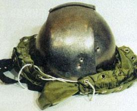 Результаты обстрела защитного шлема СТ1Л-81, дистанция 10 м. При стрельбе новым патроном получены сквозные пробития (два верхних отверстия). Нижняя вмятина - след от пули штатною патрона.