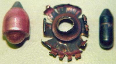 Пуля патрона ПБМ 9х18 (слева). Справа - элементы пули (оболочка и сердечник) после пробития 5-мм стального листа. Дистанция стрельбы 15 м.