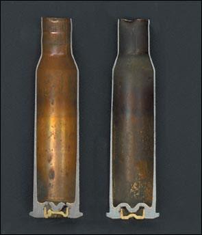 Разрезы 7,62-мм гильз. Гильза патрона к пулемёту ШКАС (слева), в отличие от обычной (справа) имеет более толстые стенки и донную перегородку