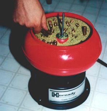 Первая процедура – очистка использованных гильз. Вибрационный очиститель (tumbler) обрабатывает порядка 100 гильз 30-06 за час (одна загрузка). При перегрузке гильзы могут быть повреждены (см. ниже смятое горлышко)