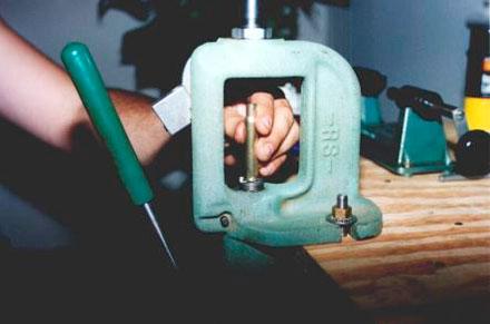 Для формовки и удаления капсюля гильзу помещаем в держатель пресса