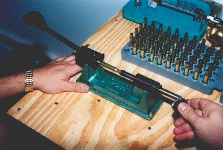При превышении размером гильзы максимально допустимого значения гильза укорачивается в триммере, в данном случае в простейшем ручном, с ограничителем