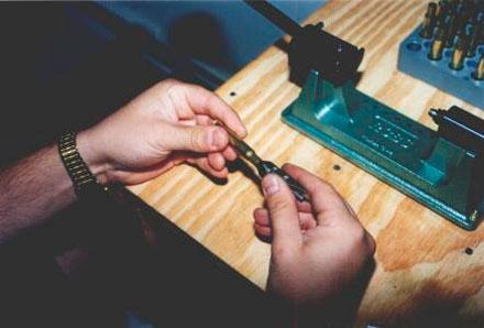 С обточенной гильзы для удаления неровностей и заусенцев вручную снимается фаска