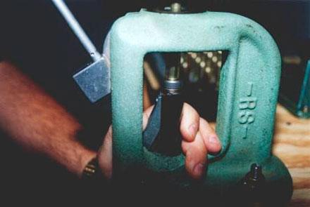 После этого держатель вводится под пресс и при обратном движении рычага капсюль устанавливается в гильзу