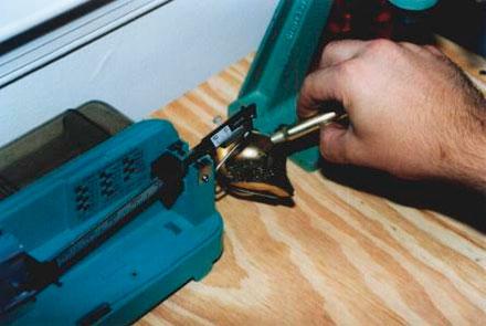 При помощи весов дозатор настраивается на требуемую величину навески, также проверяется равномерность его работы