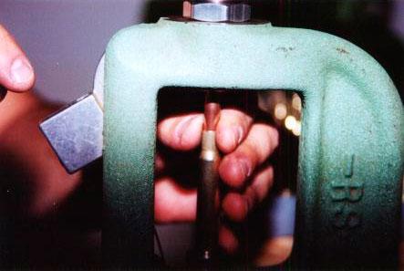 После того, как посадочная матрица установлена и настроена (подбором) на требуемую длину патрона, пуля ставится на гильзу и придерживается при подаче в матрицу