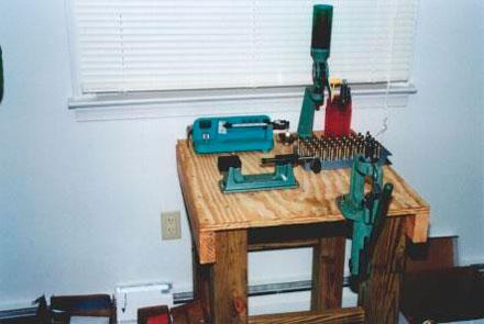 На верстаке – дозатор пороха, весы, триммер для обточки гильз, пресс, принадлежности