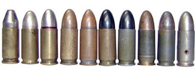 9х19 германские пистолетные патроны «Парабеллум» 08 (выпуска 1915 –1945 годов) с разными типами пуль и гильз (слева — направо): 1-й — с оболочечной пулей со свинцовым сердечником тип «К»; со 2 по 5 — с оболочечной пулей со свинцовым сердечником тип «О»; с 6 по 8-й — с оболочечной пулей со стальным сердечником (08 m.E); 9-й — с безоболочечной суррогатированной пулей (08 SE); 10-й — учебный патрон
