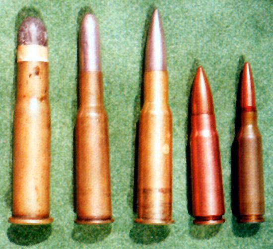 Слева направо: 4,2-линейный патрон для винтовки Бердана (10,6×57);  3-линейный винтовочный патрон образца 1891 года (7,62×54); 3-линейный  винтовочный патрон с пулей образца 1908 года (7,62×53); 7,62-мм  автоматный патрон образца 1943 года (7,62×39); 5,45-мм автоматный патрон  образца 1974 года (5,45×39)