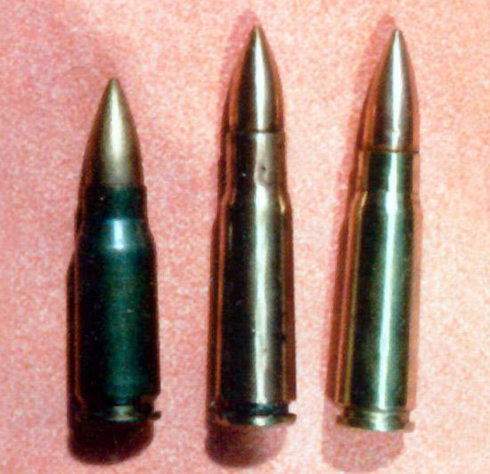 Слева направо: 7,92-мм автоматный патрон образца 1943 года  (7,92×33), Германия. 7,62-мм опытный автоматный патрон образца 1943 года  (7,62×41). 7,62-мм штатный автоматный патрон образца 1943 года  (7,62×39)