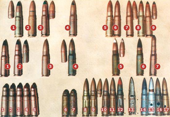 7,62-мм штатный автоматный патрон образца 1943 года (7,62×39); верхний ряд:  1-4 – с различными вариантами трассирующих пуль (зеленая вершина пули);  5-7 – с различными вариантами зажигательных пуль (красная вершина  пули); 8,9 – с бронебойно-зажигательной пулей (черная вершина пули с  красным пояском); средний ряд:  1-4 – с уменьшенной скоростью пули (черная вершина пули с зеленым  пояском); 5 – эталонный патрон (белая вершина пули); 6 – патрон с  усиленным зарядом (черная вершина пули); 7 – патрон высокого давления; нижний ряд: 1-5 – холостые патроны; 6,7 – патроны для метания гранат; 8-17 – учебные и макетные патроны