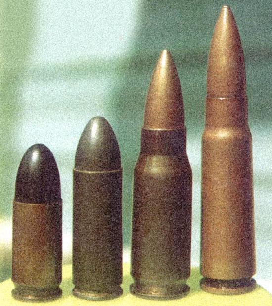 По  сравнению с пистолетными патронами (слева направо: 9x19 Парабеллум и  9x25 Маузер Экспорт) промежуточные патроны (7,92x33 Курц и 7,62x39 обр.  1943 г.) для повышения эффективной дальности стрельбы получили более  остроконечную пулю меньшего калибра и бутылочную гильзу, вмещающую  больший заряд