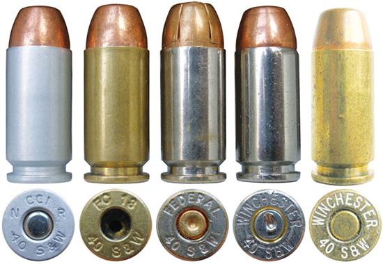 Сверху справа: патроны .40S&W различных производителей: крайний  слева— патрон американской компании Cascade Cartridges, Inc. с гильзой  из алюминия