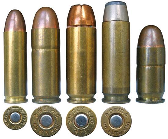 Семейство патронов, применяемых в пистолетах Wildey в сравнении с .45АСР (крайний правый)