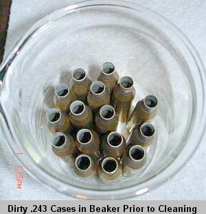 Грязные гильзы .243-го калибра в лабораторном стакане перед чисткой.