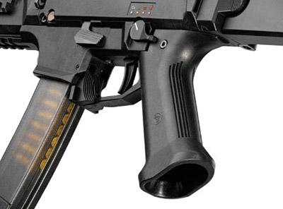 Положение пистолетной рукоятки погоризонтали можно менять всоответсвии синдивидуальными особенностями стрелка