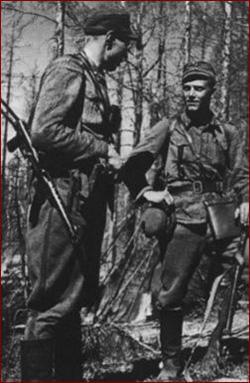 Офицеры финского диверсионного подразделения, 1944 г. Офицер слева вооружён трофейным советским ППС-43