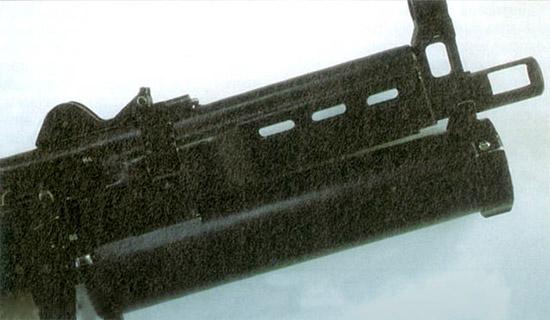 То,  что напоминает гранатомет, – в действительности уникальный магазин  шнекового типа на 64 патрона. Магазин «Бизона» напоминает магазин  «Калико» американской конструкции; патроны в нем ориентированы пулями  вперед и не могут быть снаряжены неправильно