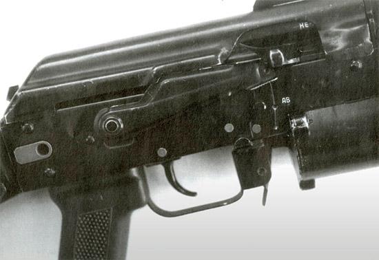 Последовательность  положений переводчика, используемая на АК, – наиболее логичная, потому  что нажатие на переводчик вниз в условиях стресса неизбежно поставит его  в крайнее нижнее положение, то есть на одиночную стрельбу. При этом  стрелок должен сознательно перевести рычаг вверх, чтобы обеспечить  автоматическую стрельбу. Это как раз то, что надо, поскольку в  большинстве случаев (но не всегда) из пистолетов-пулеметов с прикладом и  штурмовых винтовок следует стрелять одиночным огнем, чтобы повысить  вероятность попадания