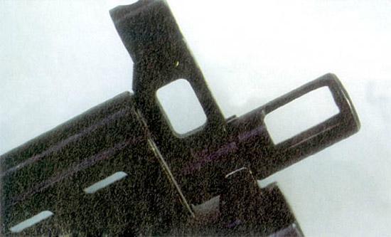 Дульное устройство имеет большие  прямоугольные окна с каждой стороны, расположенные выше центра. Оно  малоэффективно как пламегаситель, но в определенной мере уменьшает  подброс дульной части