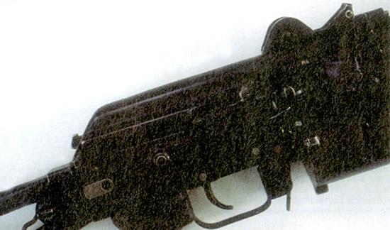 Ствольная коробка, сваренная и клепаная из  листовой стали, точно такая же, как у АКС-74, но передняя часть  изменена, так как отсутствует газоотводная система. Над спусковым  крючком расположен обычный переводчик АК штампованный из стального листа