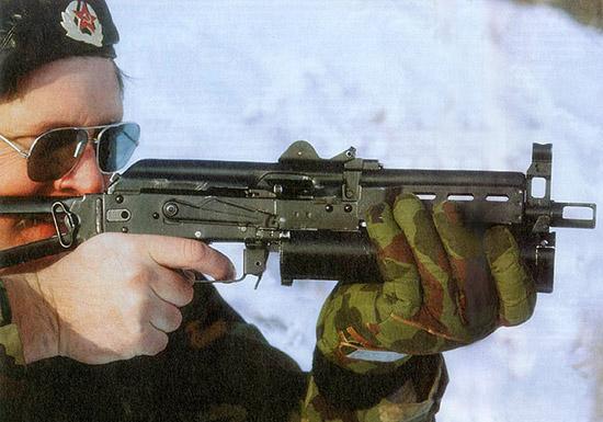 «Бизон»  имеет 60-процентную взаимозаменяемость с АКС-74, он разработан под  стандартный патрон к пистолету Макарова калибра 9x18 мм, а также под  новый высокоимпульсный патрон того же калибра