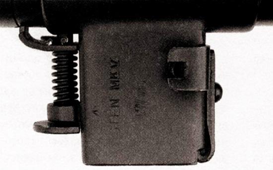 На корпусе приемника магазина Mark V крепятся подпружиненная защелка ствола (слева) и защелка магазина (справа)