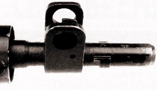 На «Стэн» Mark V используются такие же прицельные приспособления,что и на винтовке «Ли-Энфилд» N4 Mark I, которые обеспечивают более быстрое наведение на цель и лучшую точность, чем простая мушка, использованная на «Стэн» Mark II. Обратите внимание на то, что ствол «Стэн» Mark V имеет направляющие, на которые может устанавливаться штык N4 Mark II и N7 Mark I