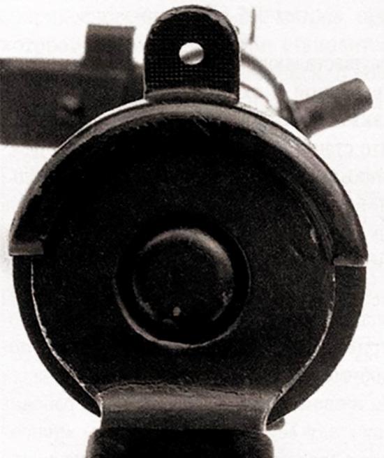Наверху задней втулки ствольной коробки имеется выступ с отверстием – диоптрический целик, который имеет штампованную насечку для того, чтобы уменьшить блики при ярком дневном свете. Обойма возвратно-боевой пружины выполняет еще и функцию кнопки для разборки оружия, которая входит в удерживающий колпачок, закрепленный в задней втулке ствольной коробки