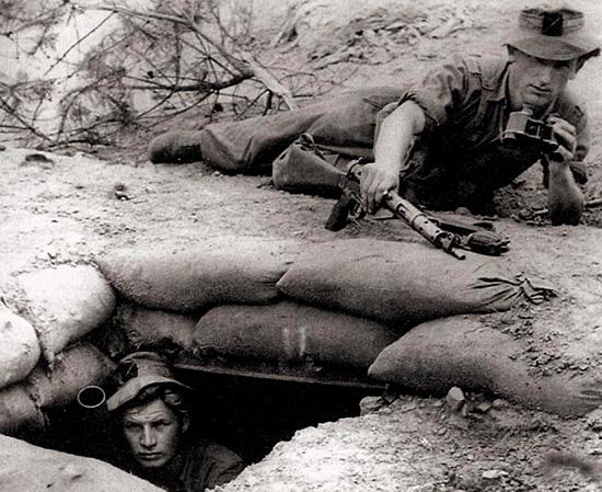 1952 год, Корея. Наблюдатель минометного расчета, вооруженный «Стэн» Mark V, осматривает долину в поисках цели