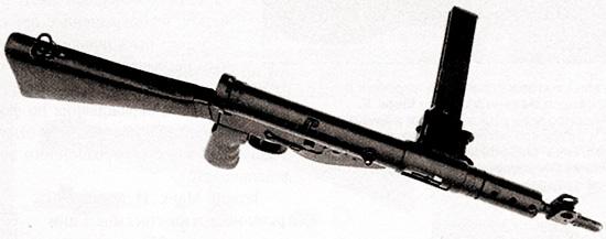 Пистолет-пулемет «Стэн» Mark V, вид сверху. Заметно, как существенно приемник магазина выступает из ствольной коробки. Здесь используется магазин вместимостью 32 патрона, а не аналогичный магазин пистолета-пулемета «Ланчестер» на 50 патронов. Такая замена вызвана не тем, что магазин большой вместимости несколько изменяет баланс оружия, и не тем, что он немного, но все же уменьшает скорость наведения на цель. Выигрыш от этого мероприятия в том, что стрелок может мгновенно открыть огонь при стрельбе из положения лежа