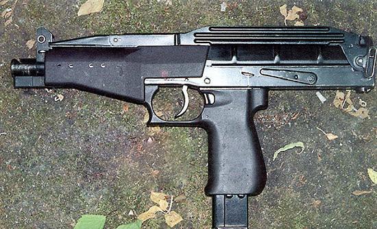 При длине со  сложенным плечевым упором всего 367 мм «Вереск» весьма компактен и легок  – 1,65 кг без патронов. Малый вес достигнут за счет использования в его  конструкции ударопрочной пластмассы