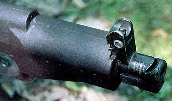 Компенсатор в  дульной части обеспечивает эффективность автоматического огня даже без  использования плечевого упора. Регулировка боя оружия осуществляется  изменением положения мушки в горизонтальной и вертикальной плоскостях