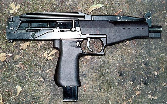 Компоновка пистолета-пулемета СР-2 «Вереск» с магазином в пистолетной рукоятке позволяет иметь сравнительно длинный ствол при небольших габаритах оружия. При этом улучшается его баланс, а также удобнее и быстрее производится замена магазина