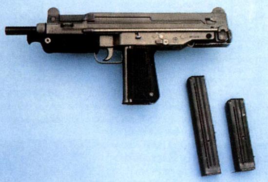 Вид слева на польский пистолет-пулемет ПМ-84 со сложенным прикладом и передней рукояткой удержания